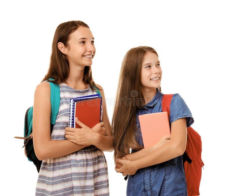 Muchachas lindas del adolescente que sostienen los cuadernos, aislados en blanco foto de archivo