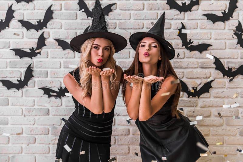 Muchachas listas para el partido de Halloween fotos de archivo libres de regalías
