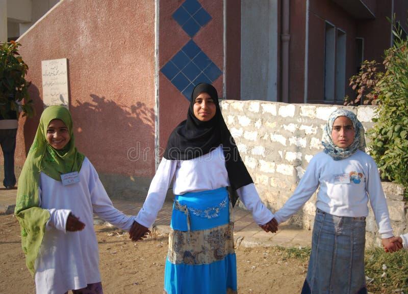 Muchachas musulmanes que juegan en la escuela en Egipto fotos de archivo libres de regalías