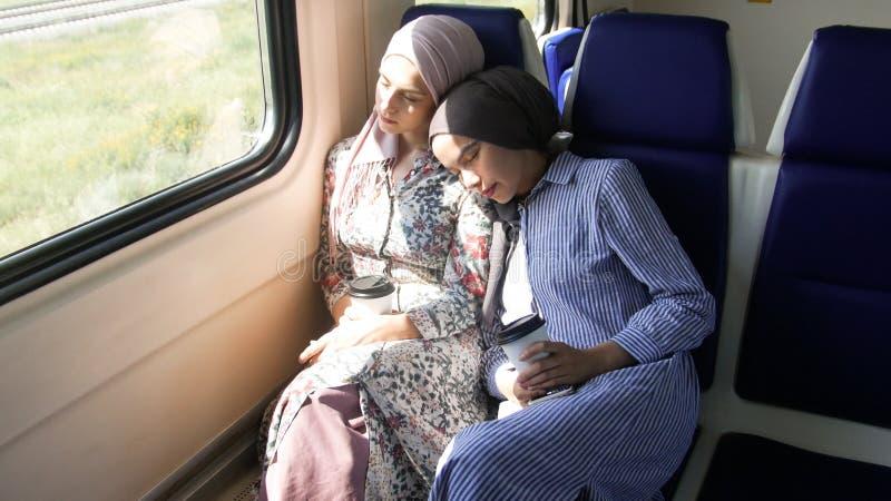 Muchachas musulmanes que viajan en un tren eléctrico imágenes de archivo libres de regalías
