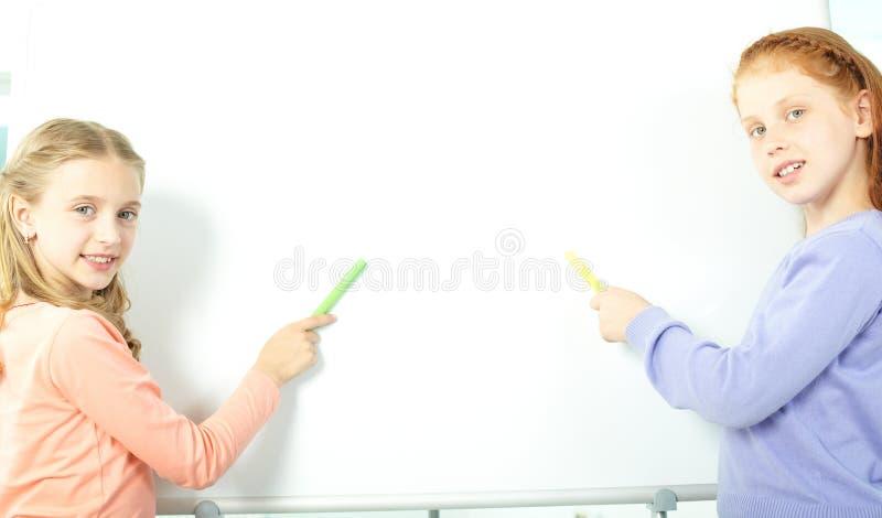 Muchachas por el whiteboard fotos de archivo
