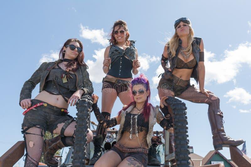 muchachas Posts-apocalípticas del traje de la supervivencia fotografía de archivo libre de regalías