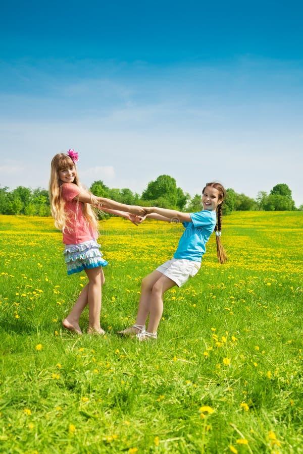 Muchachas que bailan en el campo de flor fotos de archivo