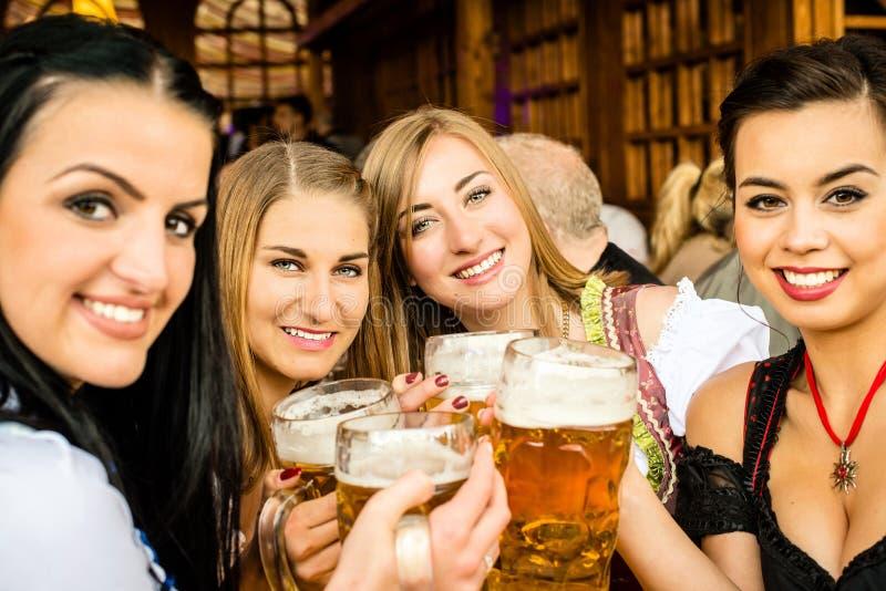 Muchachas que beben la cerveza imágenes de archivo libres de regalías