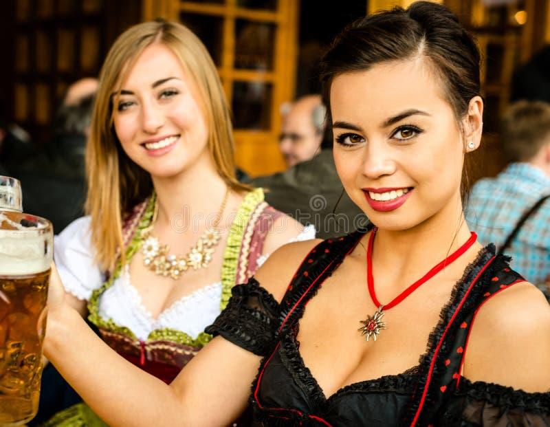 Muchachas que beben la cerveza en Oktoberfest fotografía de archivo