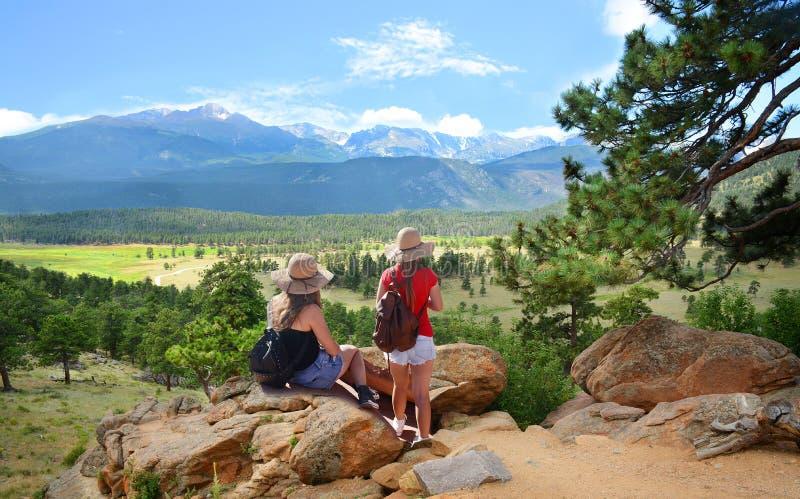 Muchachas que caminan en las montañas imagenes de archivo