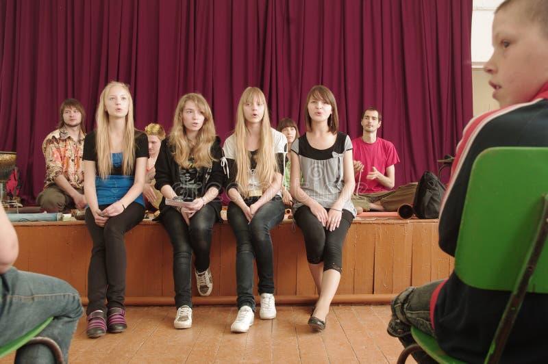 Muchachas que cantan en etapa foto de archivo