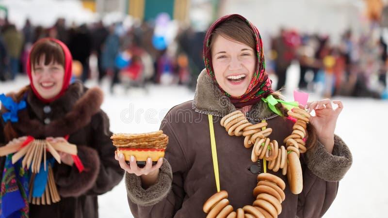Muchachas que celebran semana de la crepe en Rusia fotografía de archivo libre de regalías