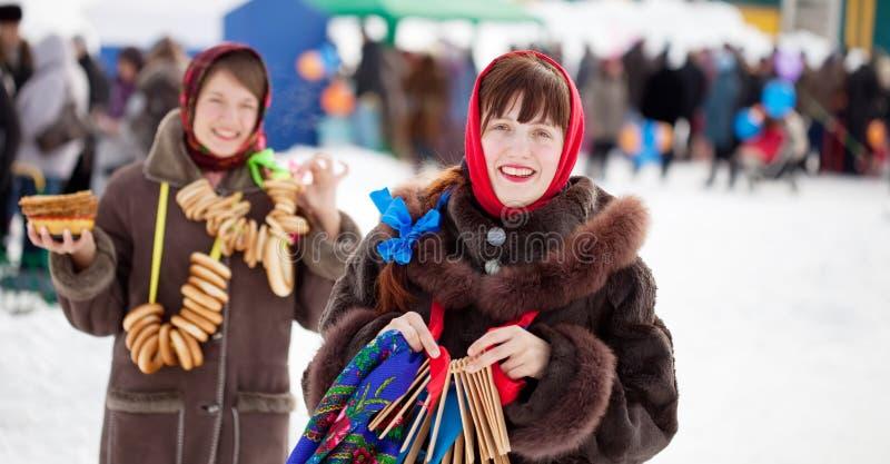 Muchachas que celebran semana de la crepe en Rusia fotografía de archivo