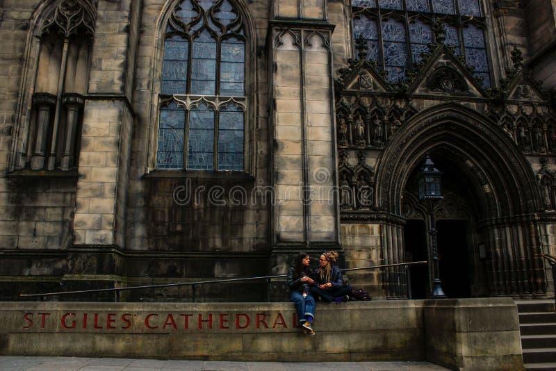 Muchachas que charlan en la puerta de la catedral de Edimburgo imagenes de archivo