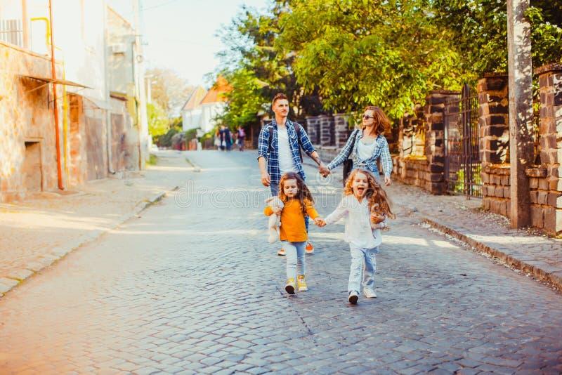 Muchachas que corren hacia la cámara mientras que camina al aire libre imagen de archivo libre de regalías