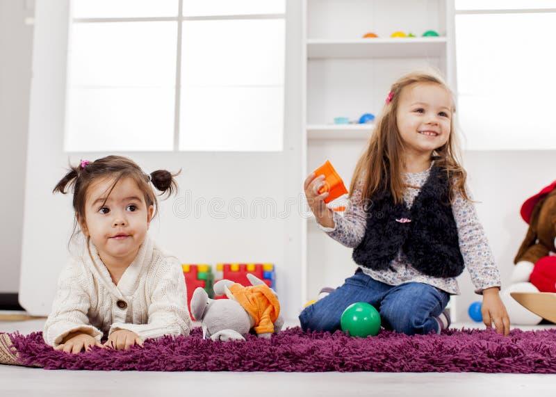 Muchachas que juegan en el cuarto imagen de archivo