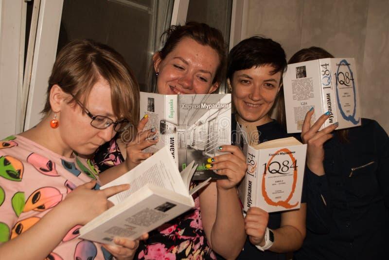 Muchachas que leyeron a Haruki Murakami foto de archivo libre de regalías