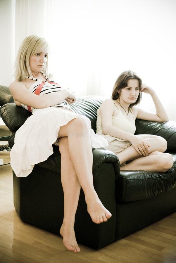 Muchachas que miran la televisión fotografía de archivo libre de regalías