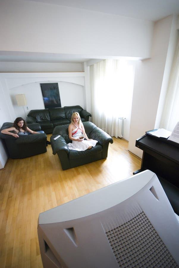 Muchachas que miran la televisión imagen de archivo