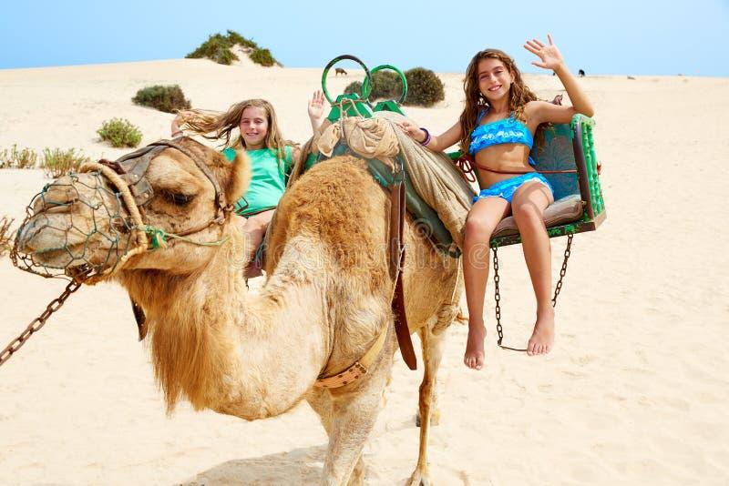 Muchachas que montan el camello en las islas Canarias foto de archivo libre de regalías