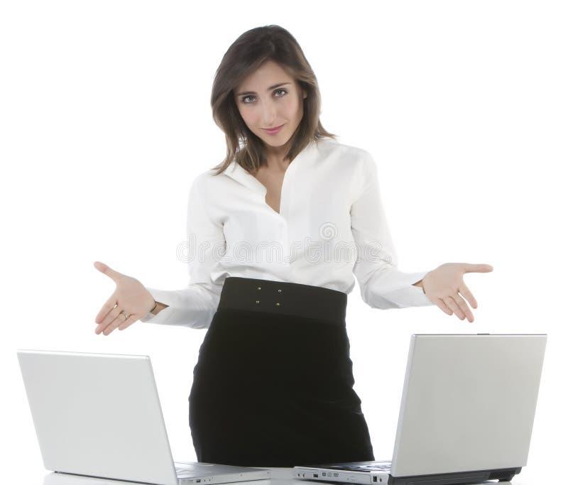 Muchachas que ríen y que trabajan en una computadora portátil imagen de archivo libre de regalías