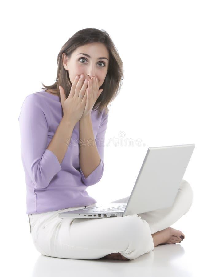 Muchachas que ríen y que trabajan en una computadora portátil imágenes de archivo libres de regalías