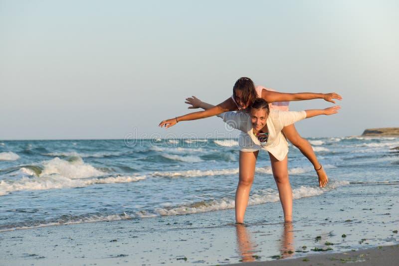 Muchachas que se divierten en la playa fotografía de archivo