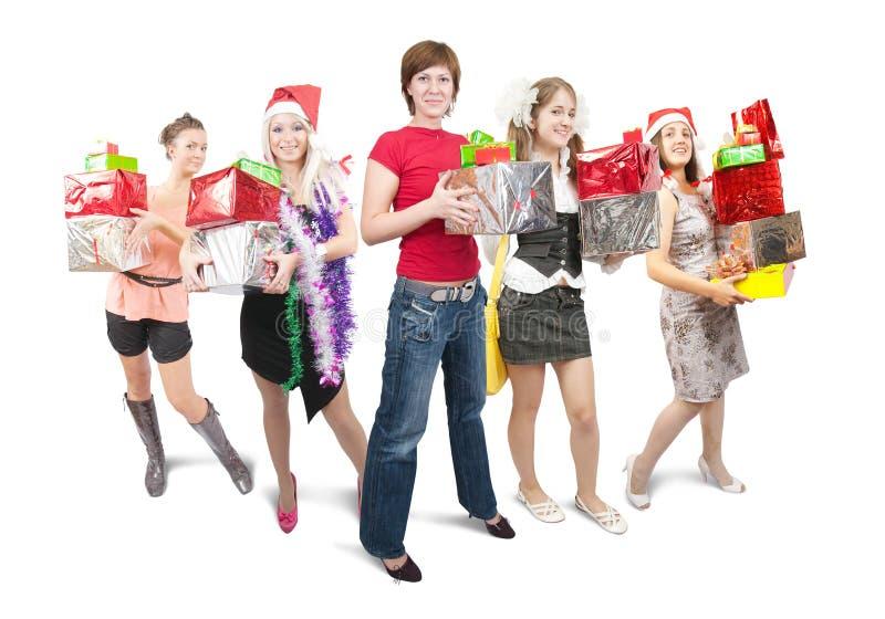 Muchachas que sostienen los regalos coloreados de la Navidad sobre blanco fotos de archivo libres de regalías