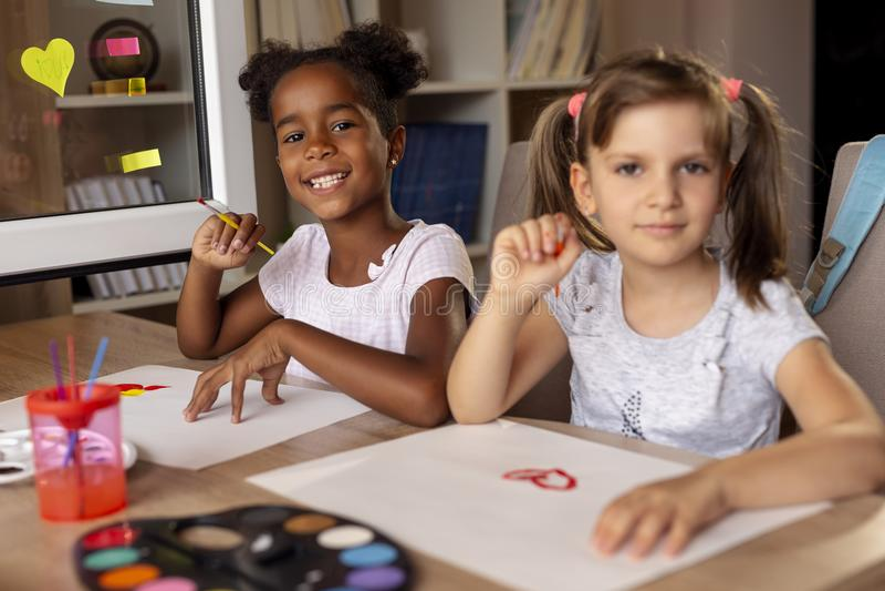 Muchachas que tienen pintura de la diversión imagen de archivo libre de regalías
