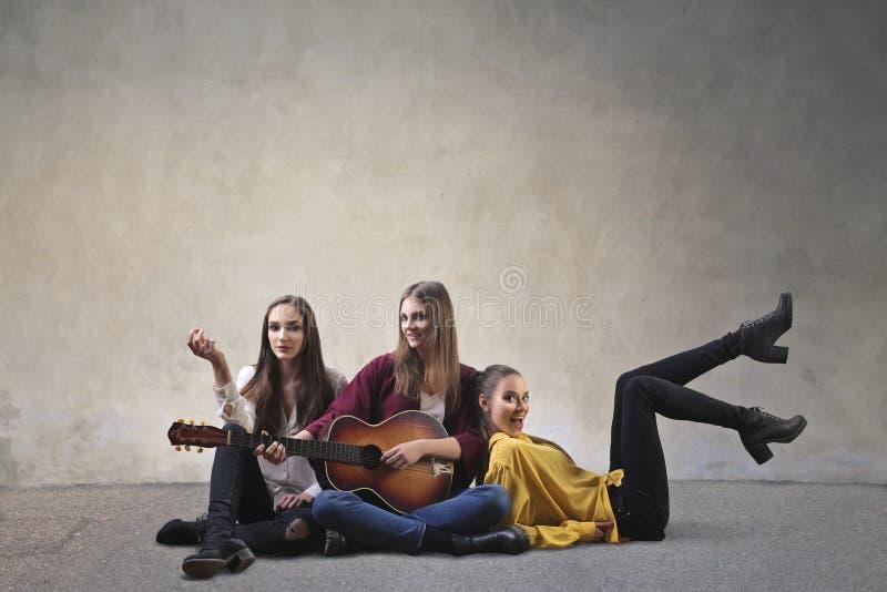 Muchachas que tocan la guitarra foto de archivo libre de regalías