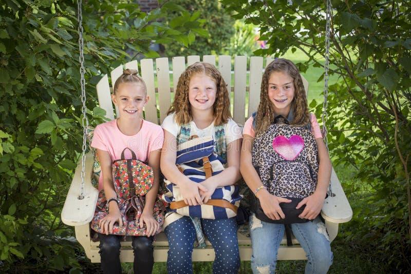 Muchachas sonrientes listas para ir a la escuela foto de archivo libre de regalías
