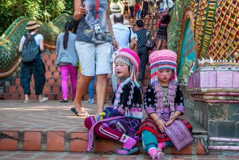 Muchachas tribales que se sientan en las escaleras foto de archivo libre de regalías