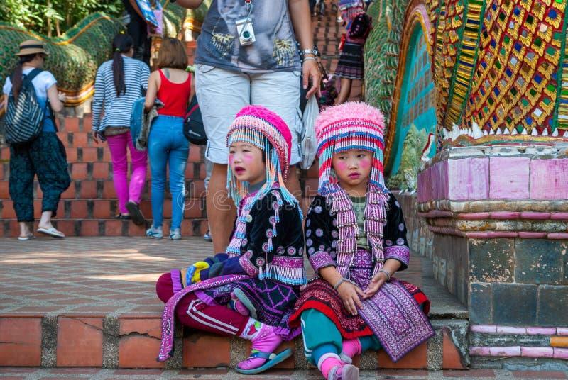 Muchachas tribales que se sientan en las escaleras imagenes de archivo