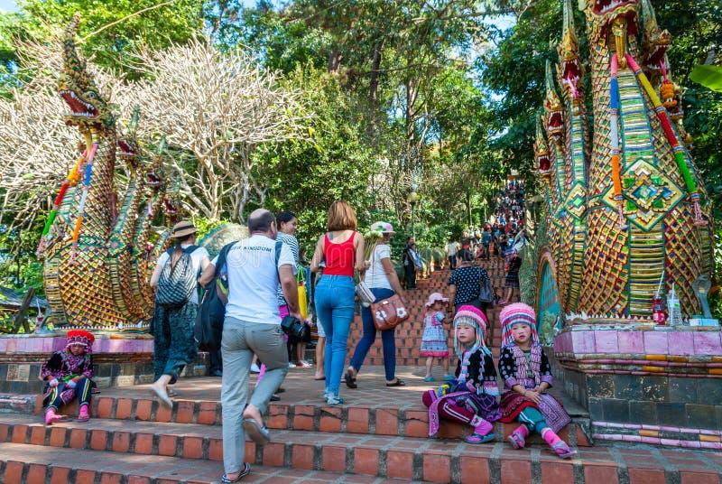 Muchachas tribales que se sientan en las escaleras foto de archivo