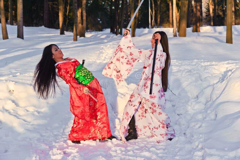 Muchachas triguenas hermosas en un kimono japonés imágenes de archivo libres de regalías