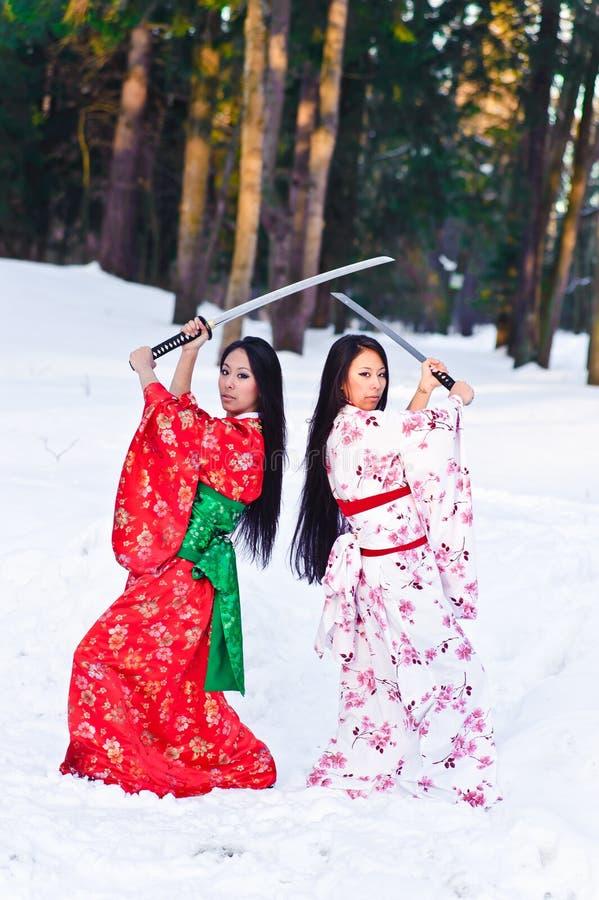 Muchachas triguenas hermosas en un kimono japonés fotografía de archivo libre de regalías