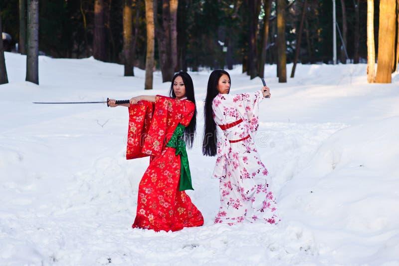 Muchachas triguenas hermosas en un kimono japonés foto de archivo