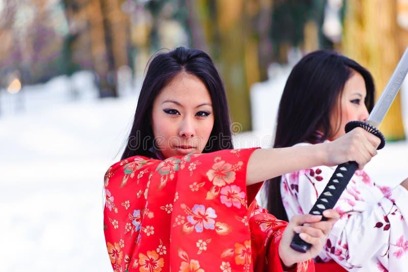 Muchachas triguenas hermosas en un kimono japonés fotografía de archivo