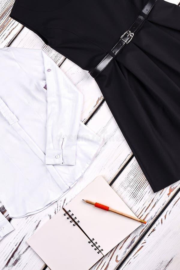 Muchachas uniforme escolar, cuaderno, pensil imagenes de archivo