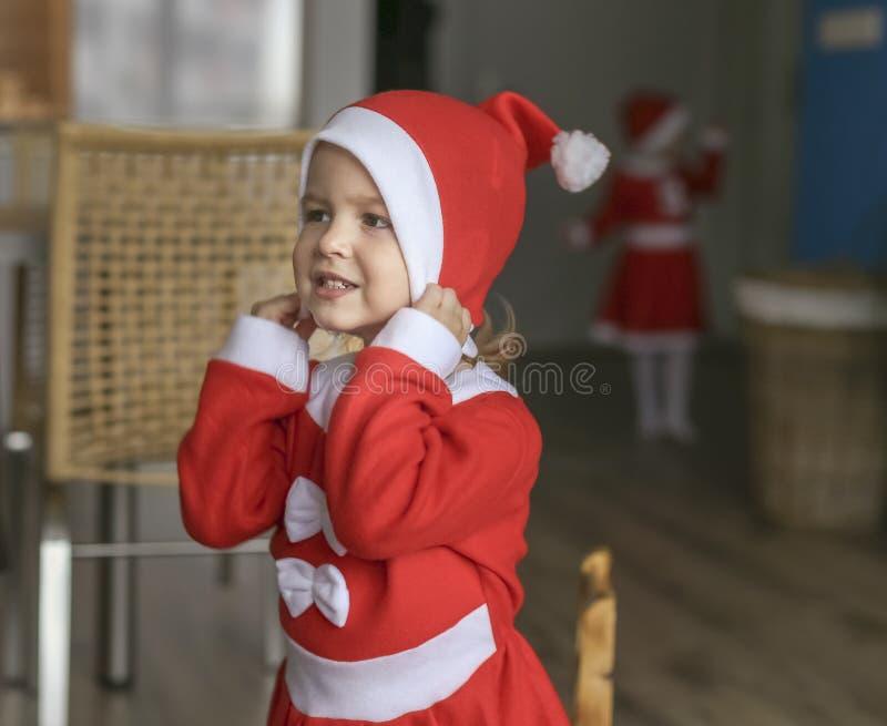 Muchachas, vestidas para Santa Claus imagen de archivo libre de regalías