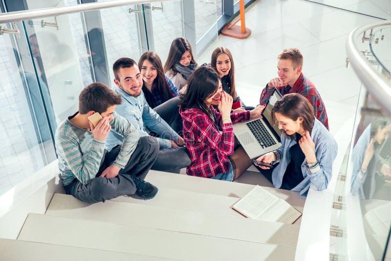 Muchachas y muchachos adolescentes felices en las escaleras escuela o universidad imagenes de archivo