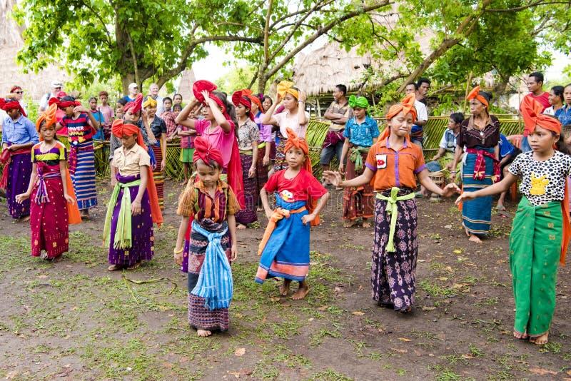 Muchachas y mujeres que bailan las danzas tradicionales Kodi, isla Nusa Tenggara de Sumba fotos de archivo