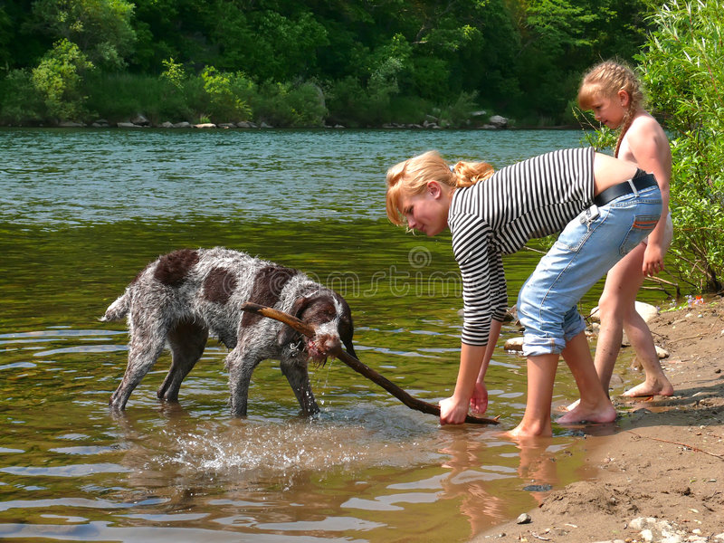 Muchachas y perro 5 fotos de archivo