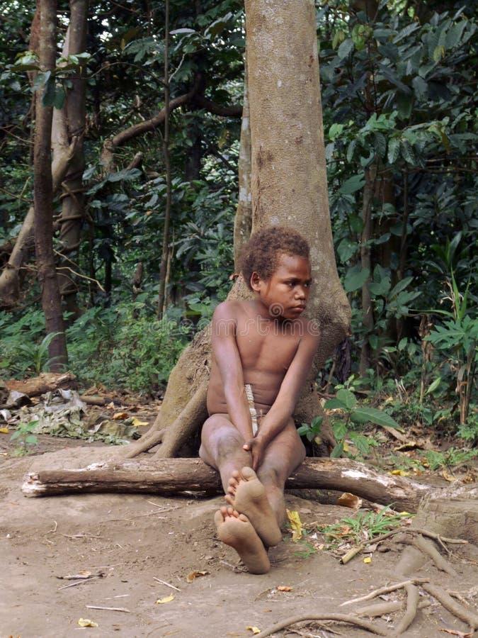 Muchacho aborigen en una selva imagen de archivo libre de regalías