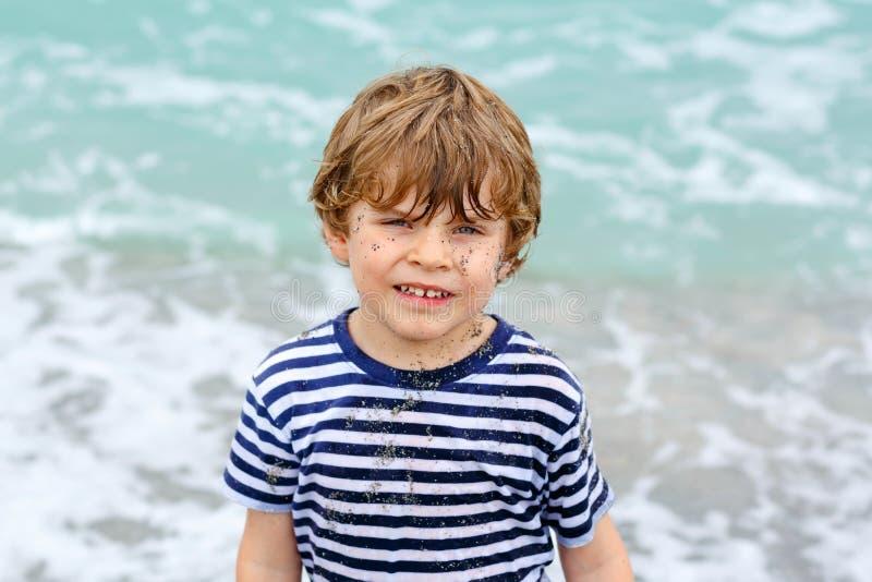 Muchacho activo adorable del niño que se divierte en Miami Beach, Key Biscayne Niño lindo feliz que se relaja, jugando y gozando foto de archivo
