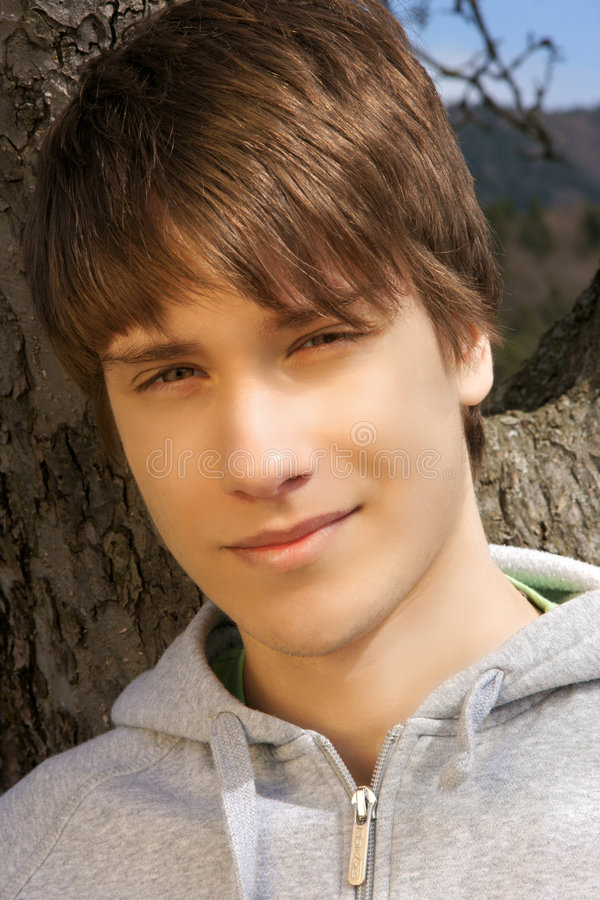 muchacho adolescente afuera. imagenes de archivo