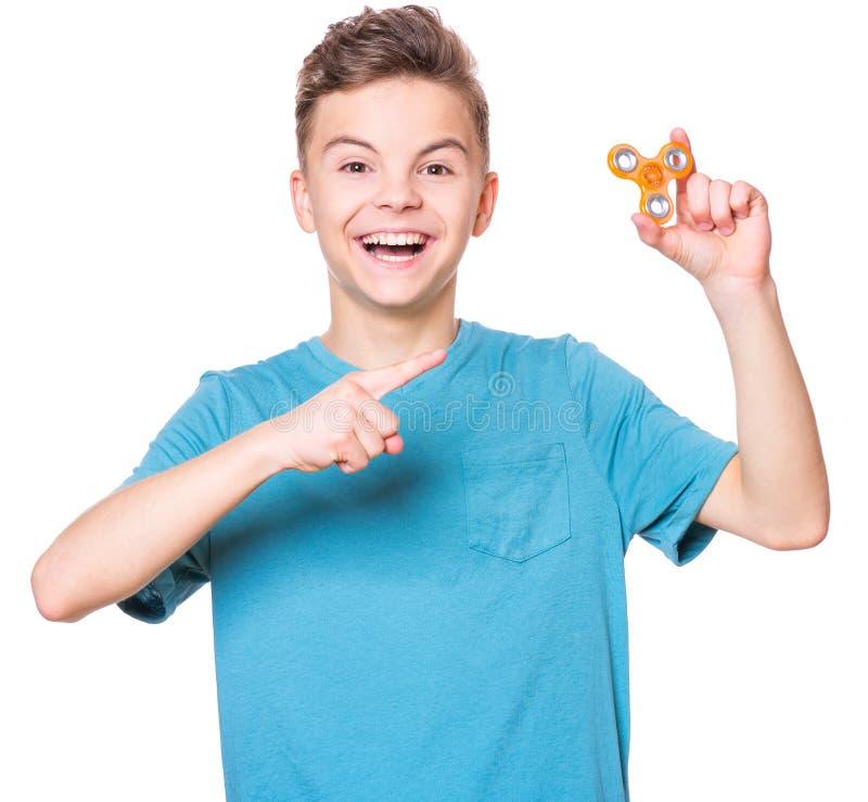 Muchacho adolescente con el hilandero en blanco imagenes de archivo