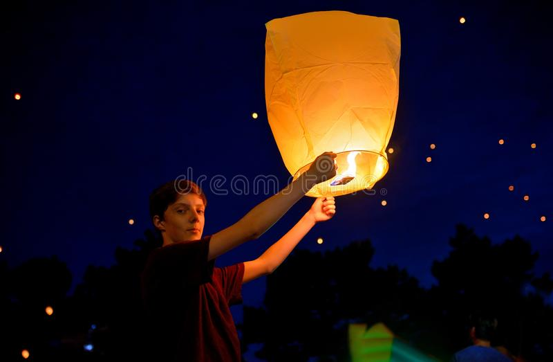 Muchacho adolescente con la linterna de papel fotos de archivo libres de regalías