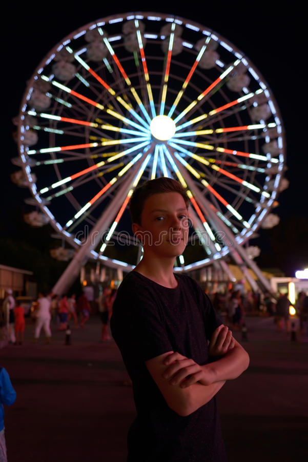 Muchacho adolescente en parque de atracciones fotografía de archivo