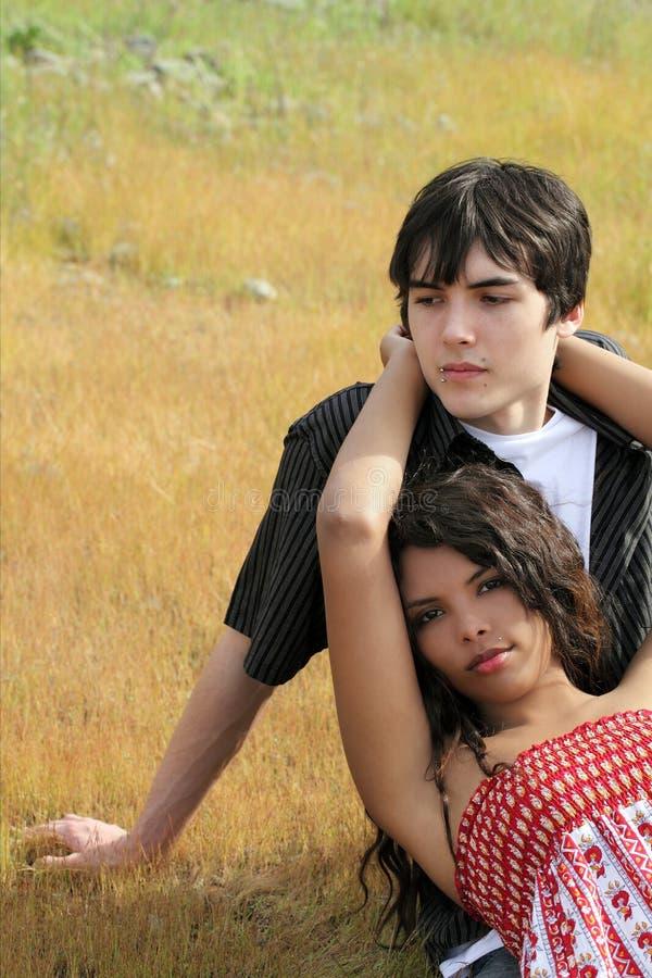 Muchacho adolescente joven y muchacha que descansan al aire libre fotografía de archivo