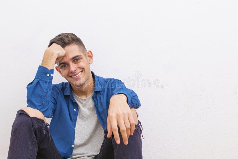 Muchacho adolescente sonriente contra la pared foto de archivo libre de regalías