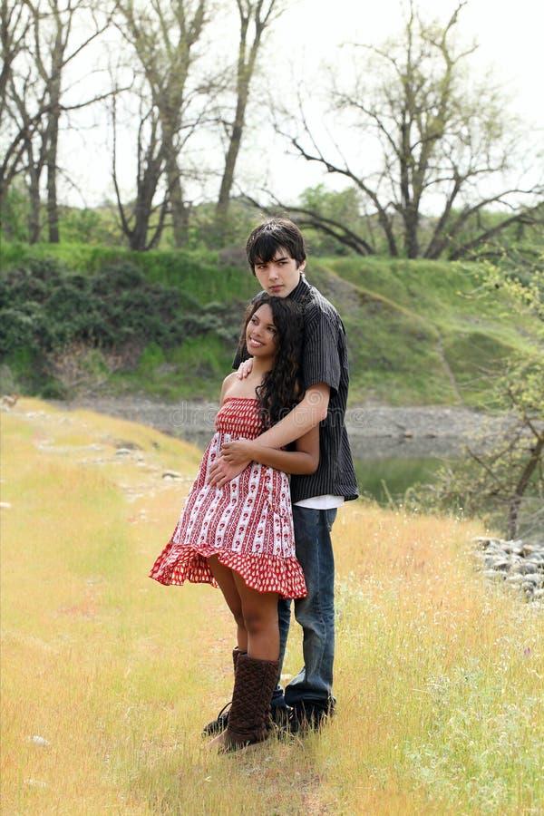 Muchacho adolescente y muchacha de los pares al aire libre integrales fotografía de archivo libre de regalías