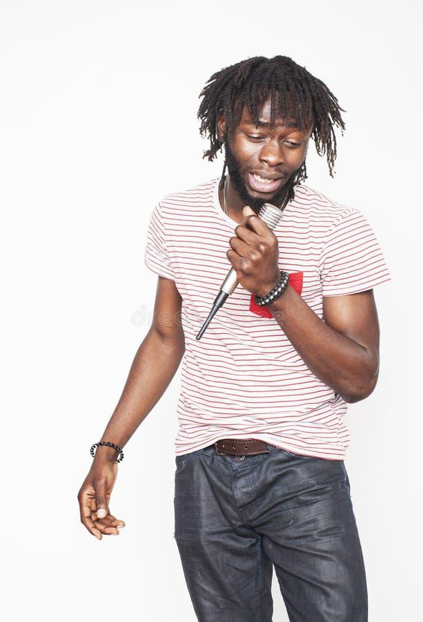 Muchacho afroamericano hermoso joven que canta imágenes de archivo libres de regalías