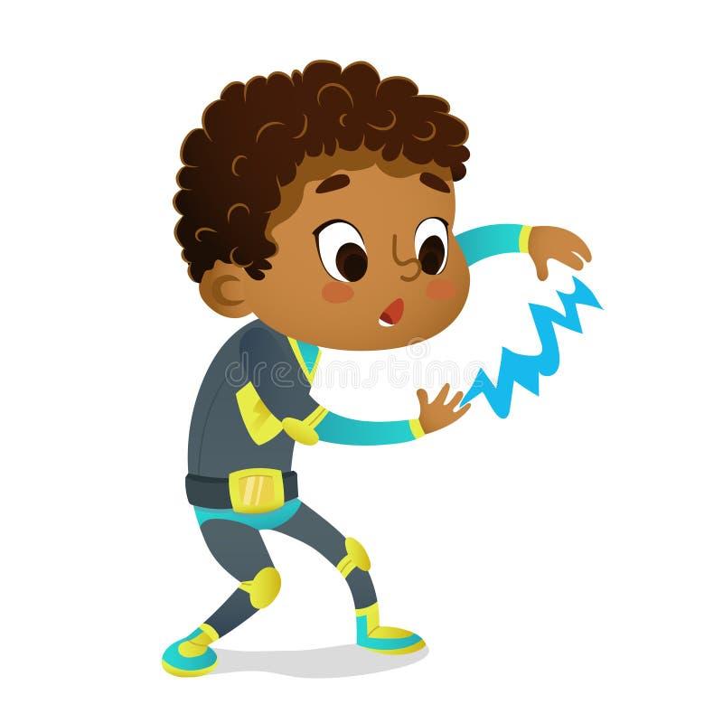 Muchacho afroamericano sorprendido que lleva el traje colorido del super héroe que juega con el relámpago, aislado en blanco stock de ilustración